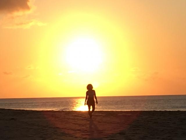 夕陽に向かう女性
